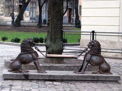 лавочка закоханих на площі Ринок