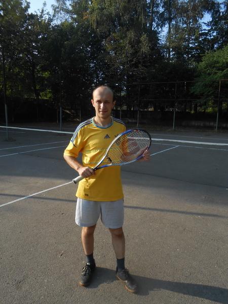 Воробус грає в теніс