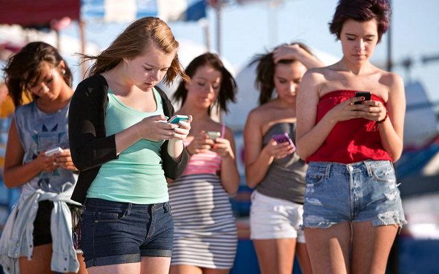 люди з айфонами